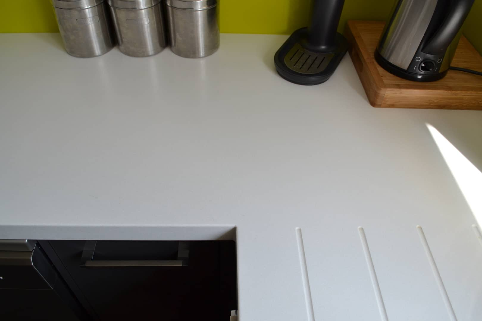 Encore Glacier worktop with draining grooves