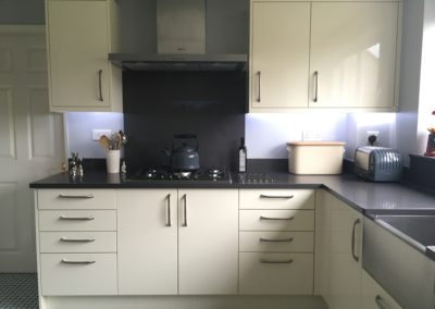 Ivory Gloss doors, Neff 5-ring hob, Neff extractor