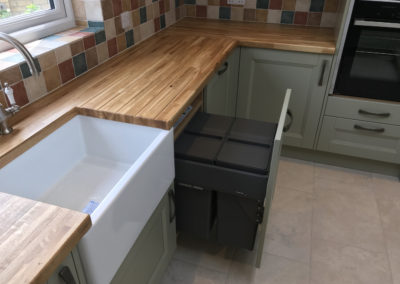 Features - Belfast Sink & in-cupboard bins