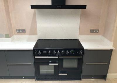Range cooker with quartz splashback